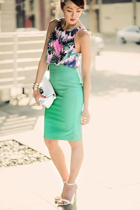Девушка в цветочной блузке и зеленой юбке