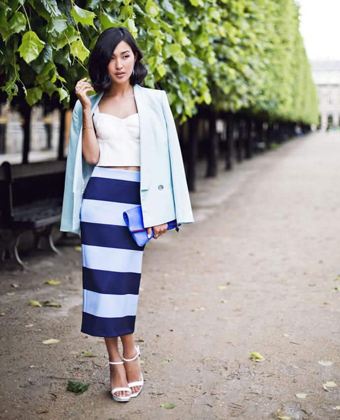 Девушка в юбке в синюю полоску