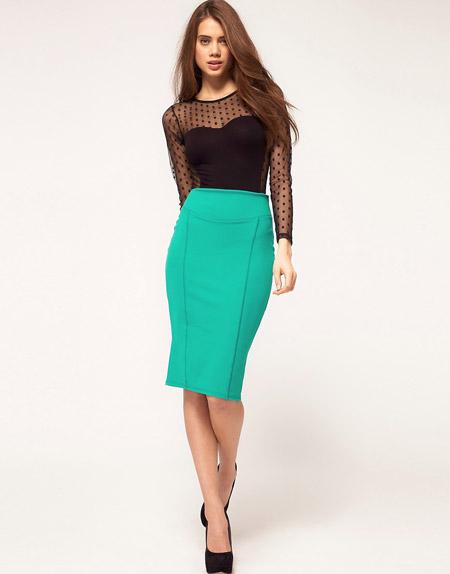 Девушка в зеленой юбке и черной блузке