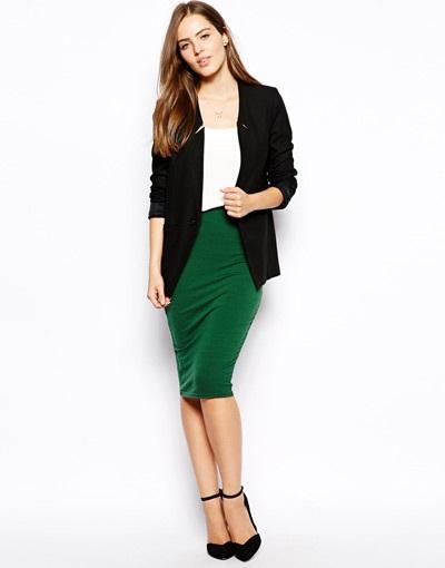 Девушка в зеленой юбке и пиджаке