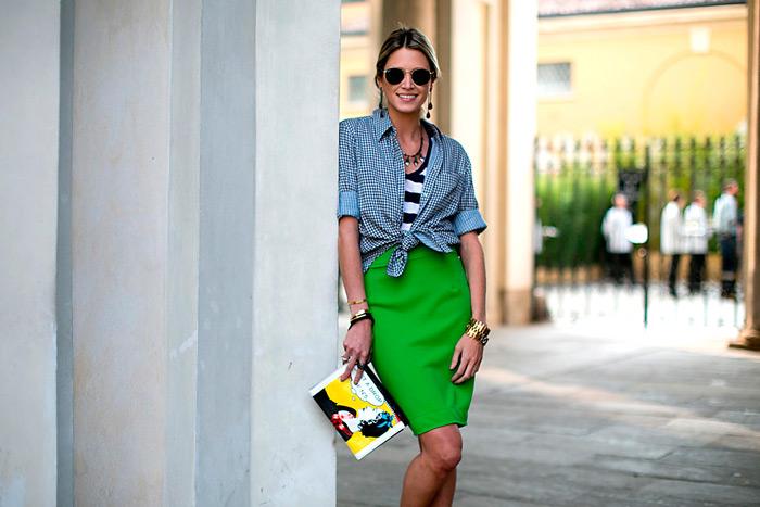 Девушка в зеленой юбке и рубашке