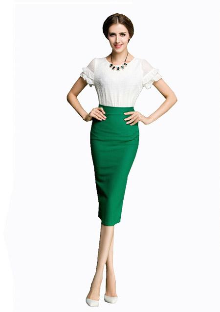 Девушка в зеленой юбке карандаш и белой блузке