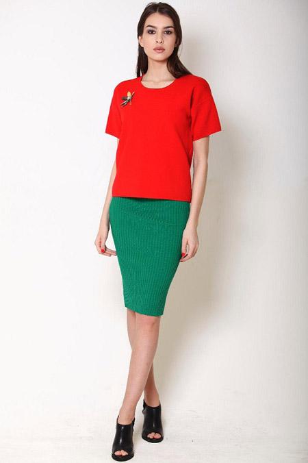 Девушка в зеленой юбке карандаш и красной футболке