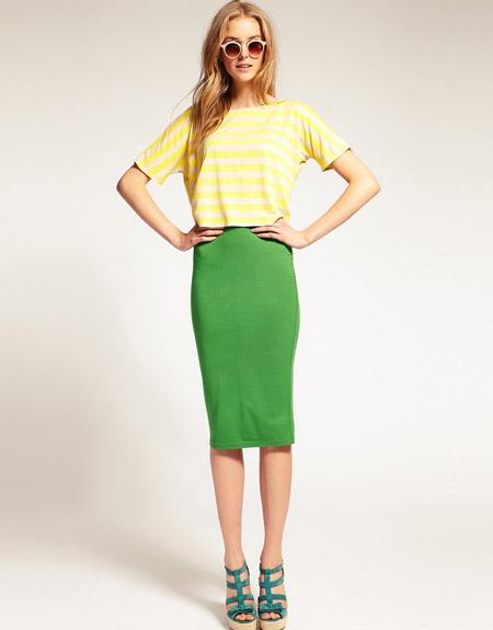 Девушка в зеленой юбке карандаш и полосатой футболке