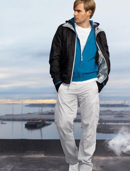 Парень в штанах, спортивной кофте и куртке
