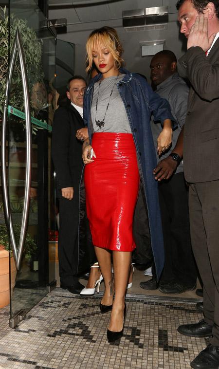 Рианна в красной юбке карандаш из лакированной кожи