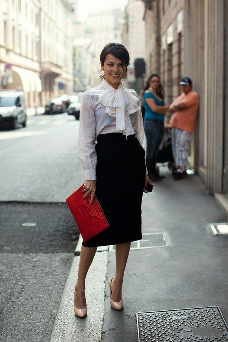 Сати Казанова в белой блузке и черной юбке