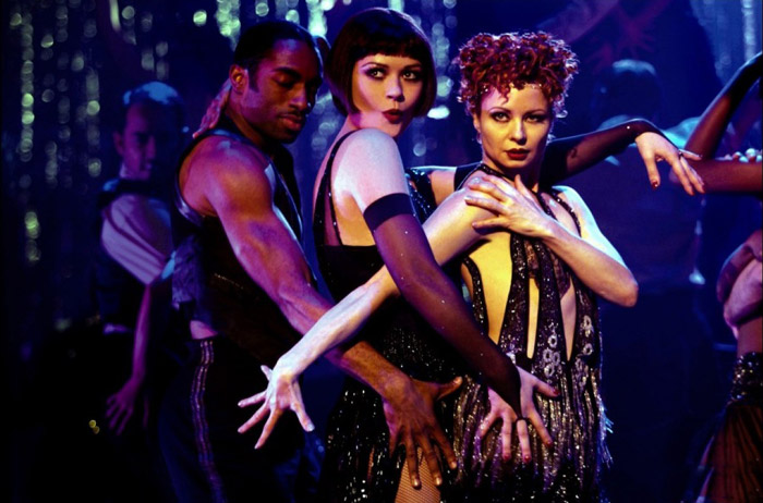 zeta-dzhons-tantsuet