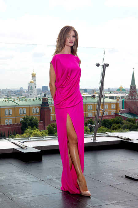 rozi-hantington-uaytli-v-plate-tsveta-fuksii