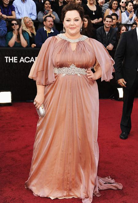 Мелисса Маккарти в персиковом платье