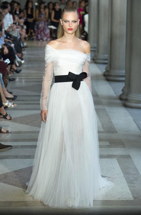 Белое вечернее платье от Carolina Herrera, коллекция 2017 года