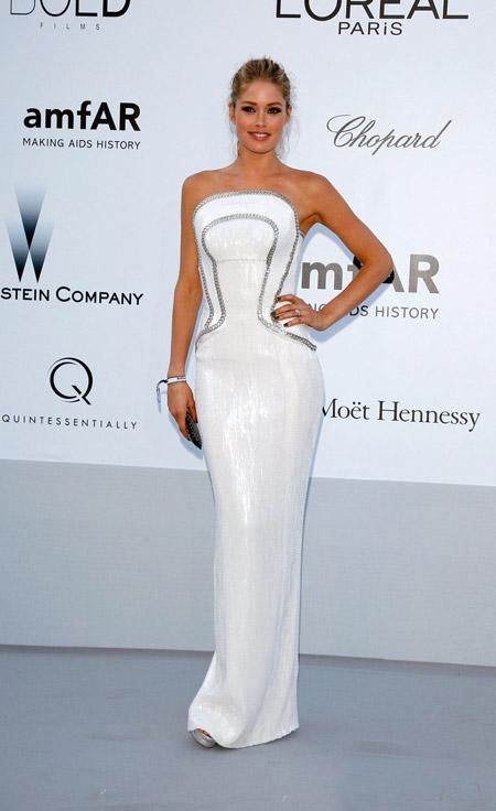 Даутцен Крус в обтягивающем белом вечернем платье с открытыми плечами