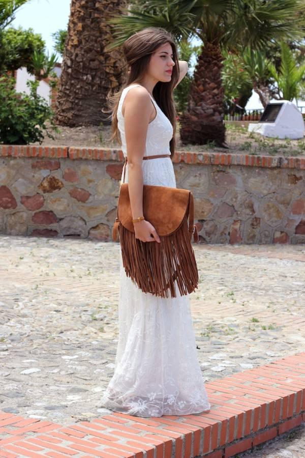 Девушка в белом платье и с коричневой сумкой