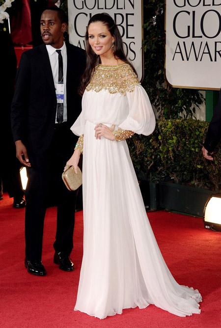 Девушка в белом вечернем платье с золотой отделкой