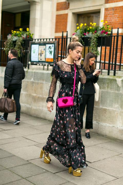 Девушка в черном платье макси с принтом, розовая сумочка, фото Diego Zuko