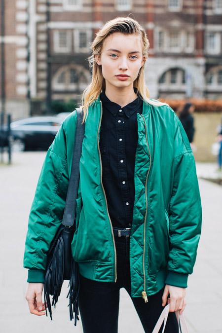 Девушка в черных джинсах, рубашке и зеленая куртка бомбер, фото Sandra Semburg