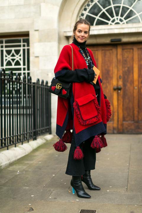 Девушка в черных укороченных брюках и красной накидке, фото Diego Zuko