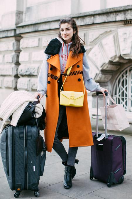 Девушка в джеггинсах и оранжевом длинном жилете, фото Sandra Semburg