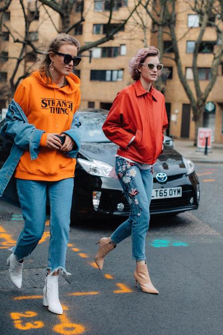 Девушка в джинсах и оранжевой толстовке, фото Sandra Semburg