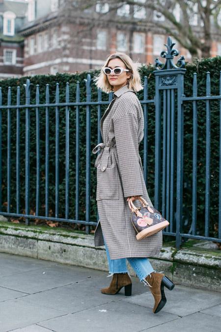 Девушка в джинсах и сером пальто, фото Sandra Semburg