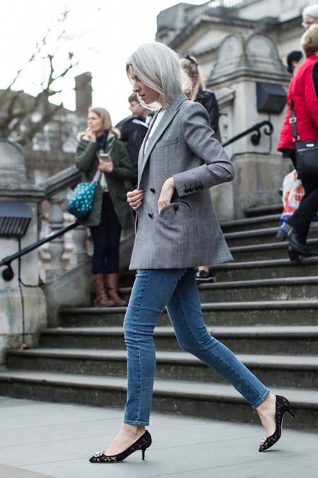 Девушка в джинсах, туфли на низком каблуке и серый пиджак, фото Sandra Semburg