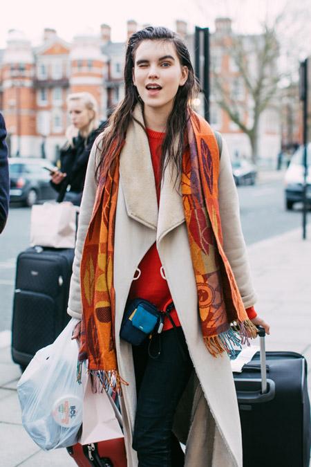 Девушка в красном джемпере и бежевом пальто, фото Sandra Semburg