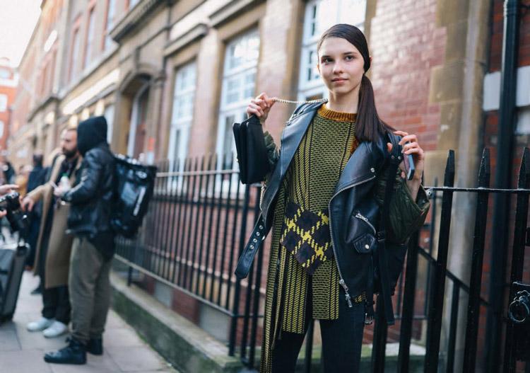 Девушка в куртке косухе, черно желтом джемпере Phil-Oh