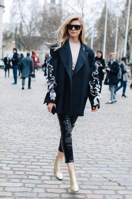 Девушка в лакированых капри и пальто оверсайз, фото Sandra Semburg