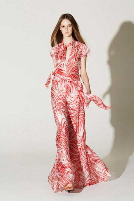 Девушка в летнем платье и на каблуках