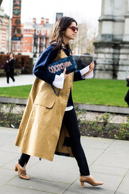 Леандра Медин в облегающих джинсах и длинный жилет, фото Sandra Semburg
