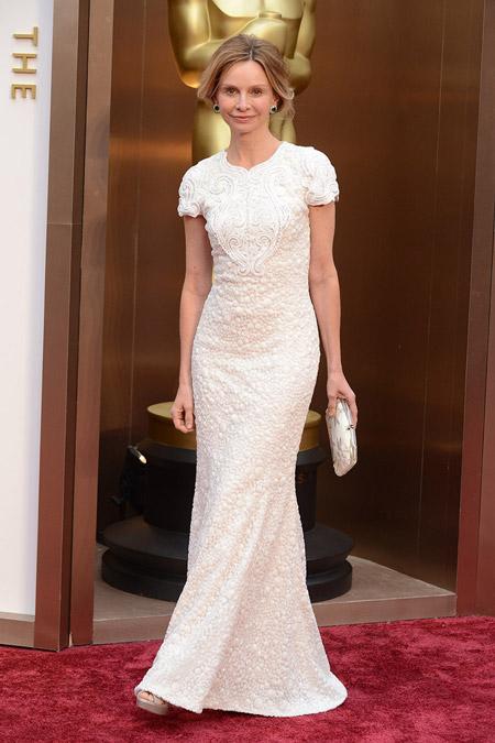 Женщина в кружевном белом вечернем платье