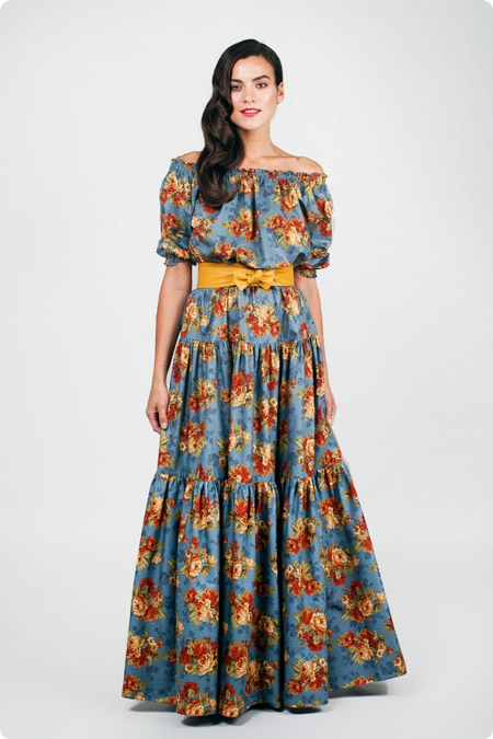 Девушка в платье с ярким поясом
