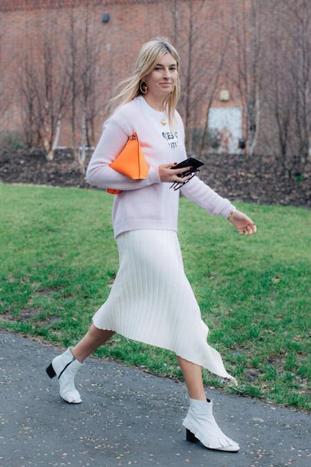 Девушка в плиссированной юбке и нежном джемпере, фото Sandra Semburg