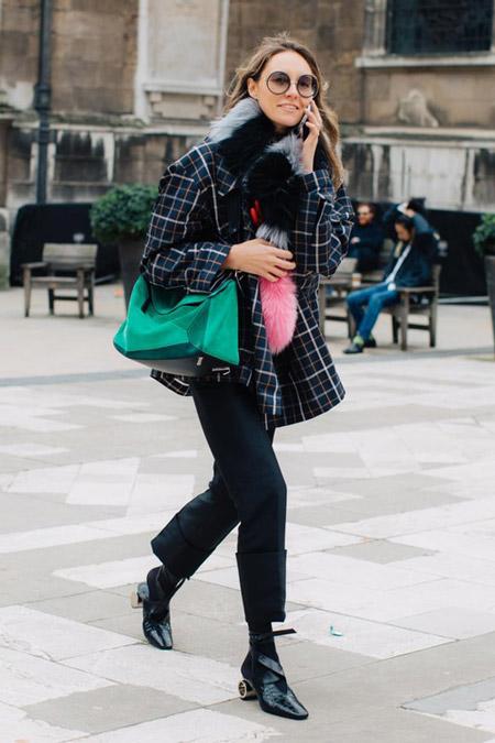 Девушка в подвернутых брюках, пальто в клетку, меховой шарф, фото Sandra Semburg