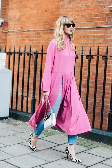 Девушка в розовом платье и джинсах, фото Sandra Semburg