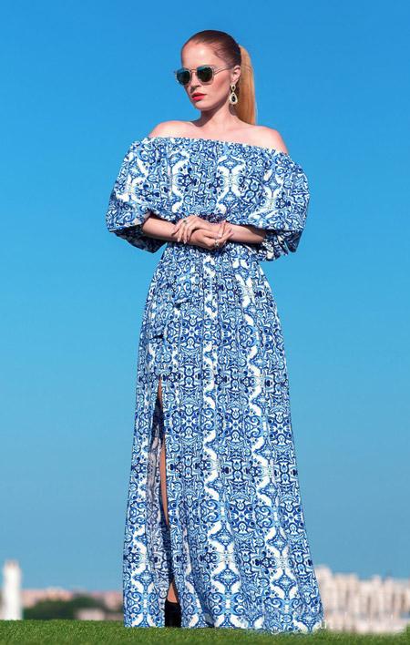 Девушка в сине-белом платье