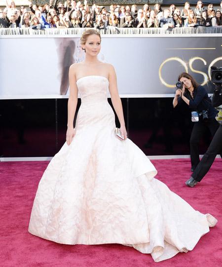 Дженнифер Лоуренс в белом платье