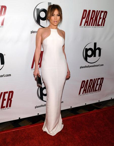 Дженнифер Лопес в обтягивающем белом вечернем платье