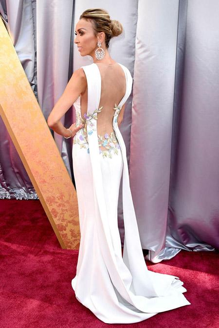Джулиана Ранчич в белом вечернем платье с открытой спиной