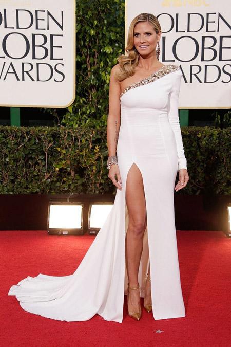 Хайди Клум в асимметричном белом вечернем платье с разрезом