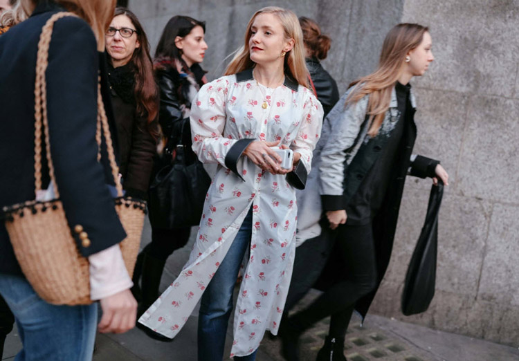 Kate Foley в джинсах и белом плаще с принтом, фото Phil Oh