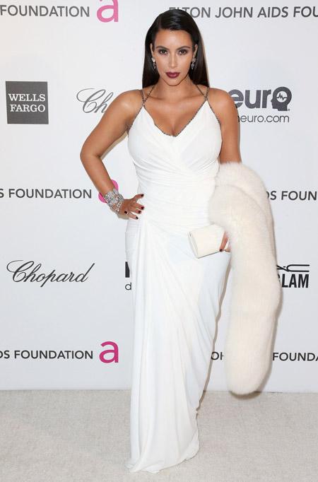 Ким Кардашьян в белом вечернем платье в пол