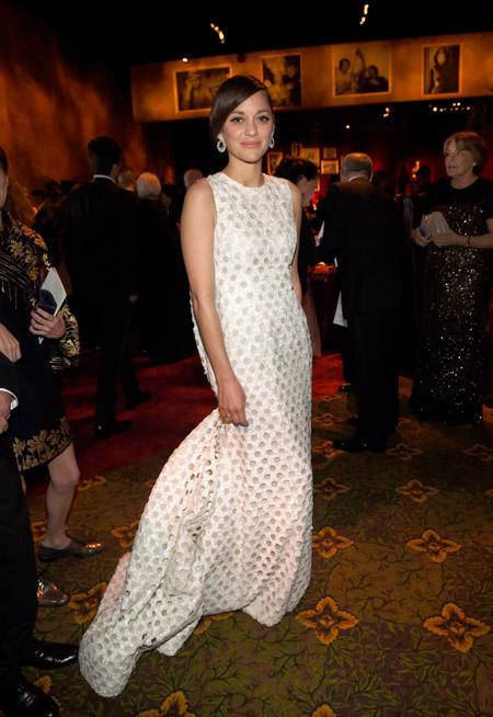 Марион Котийяр в оригинальном белом вечернем платье