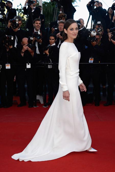 Марион Котийяр в белом вечернем платье со шлейфом