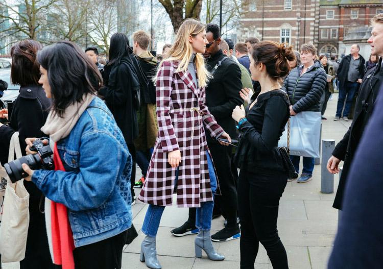 Megan Reynolds в джинсах и пальто в клетку от Christopher Kane, фото Phil Oh