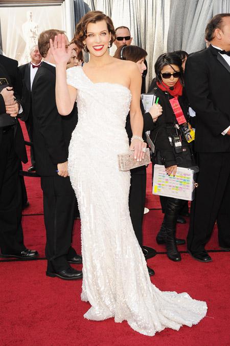 Милла Йовович в шикарном белом вечернем платье