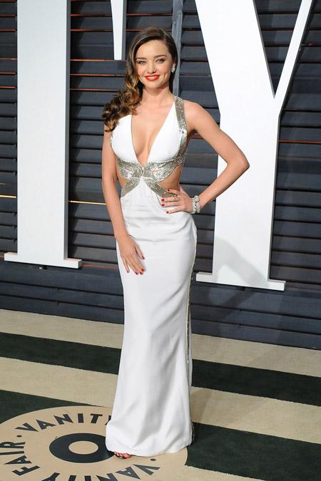 Миранда Керр в белом вечерне платье с разрезами