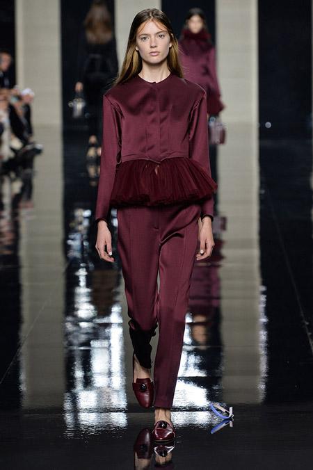 model-v-bluze-s-baskoy-tsveta-marsala