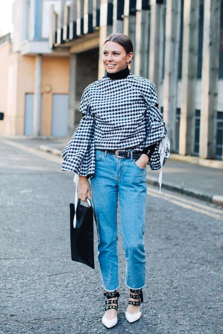 Модель в джинсах и оригинальной кофте, фото Sandra Semburg