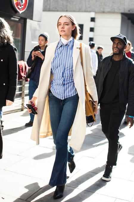 Модель в джинсах клеш, голубая рубашка в полоску, плащ, фото Sandra Semburg